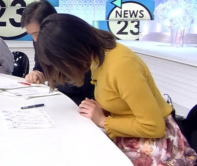 皆川玲奈アナ ニット横乳がエロいキャプ・エロ画像4