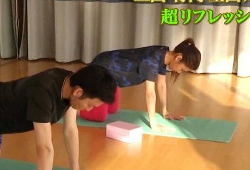 三田友梨佳アナ セクシーヨガの仰向けおっぱいがエロいキャプ・エロ画像2