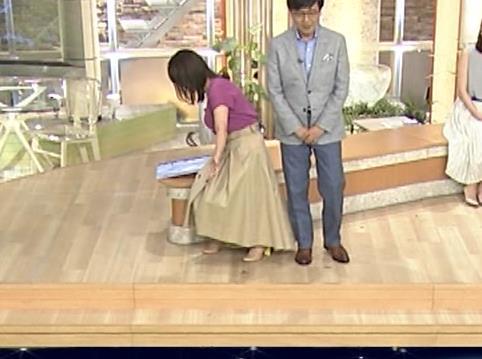 三谷紬アナ ガッツリ胸ちら!ズームで撮って欲しかった…キャプ・エロ画像2