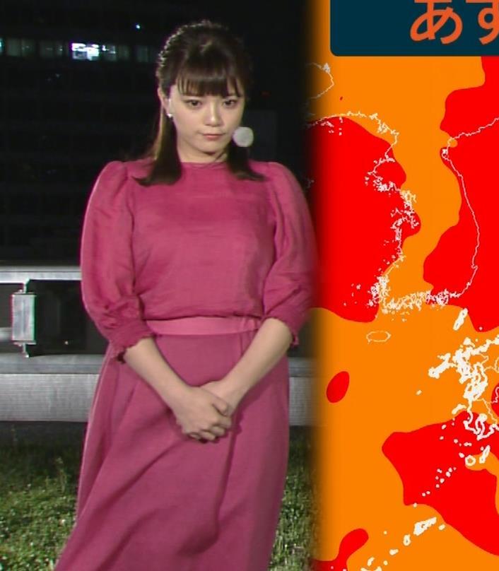 アナ 風でスカートが張り付いてちょっと脚のラインがでるキャプ・エロ画像3