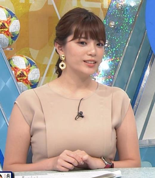 三谷紬アナ 遠目で見ると裸に見える色の服キャプ・エロ画像