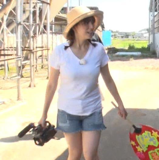 三谷紬アナ 爆乳アナのエロエロTシャツ姿キャプ・エロ画像2