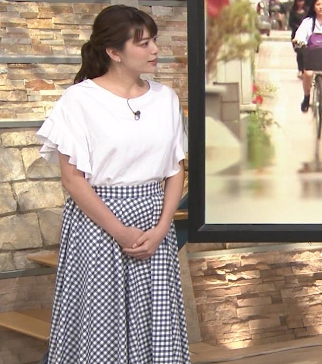 三谷紬アナ 脚のラインがでたピチピチのパンツスタイルキャプ・エロ画像3