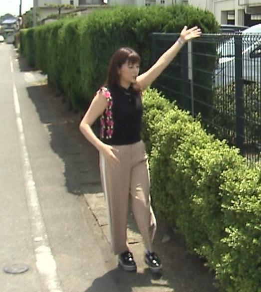 三谷紬アナ 脚のラインがでたピチピチのパンツスタイルキャプ・エロ画像4