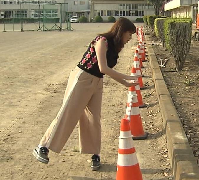 三谷紬アナ 脚のラインがでたピチピチのパンツスタイルキャプ・エロ画像6
