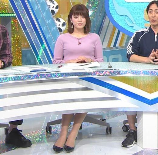 三谷紬アナ おっぱいを潰すところキャプ・エロ画像