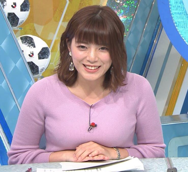 三谷紬アナ おっぱいを潰すところキャプ・エロ画像4