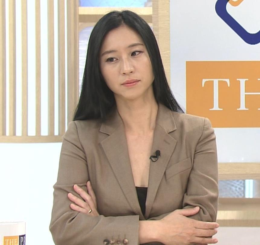 三浦瑠麗 政治番組だけど胸元が開きすぎキャプ・エロ画像2