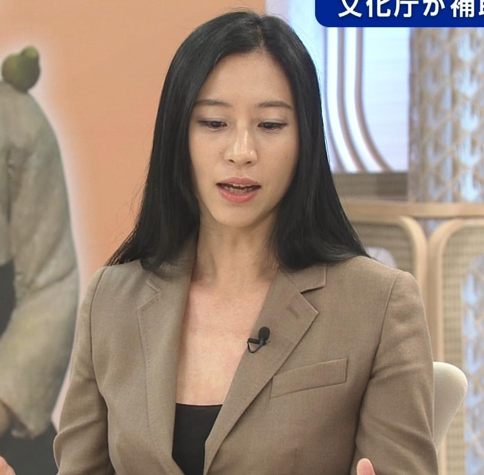 三浦瑠麗 政治番組だけど胸元が開きすぎキャプ・エロ画像11