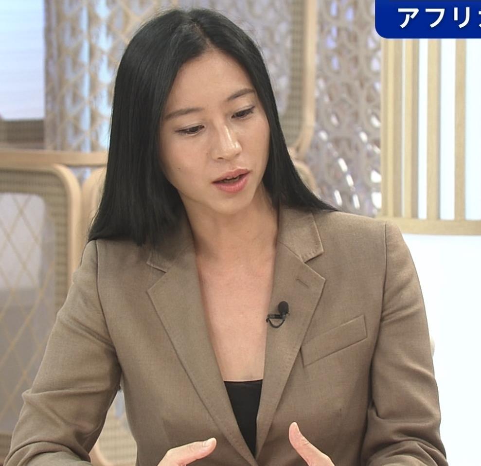 三浦瑠麗 政治番組だけど胸元が開きすぎキャプ・エロ画像4