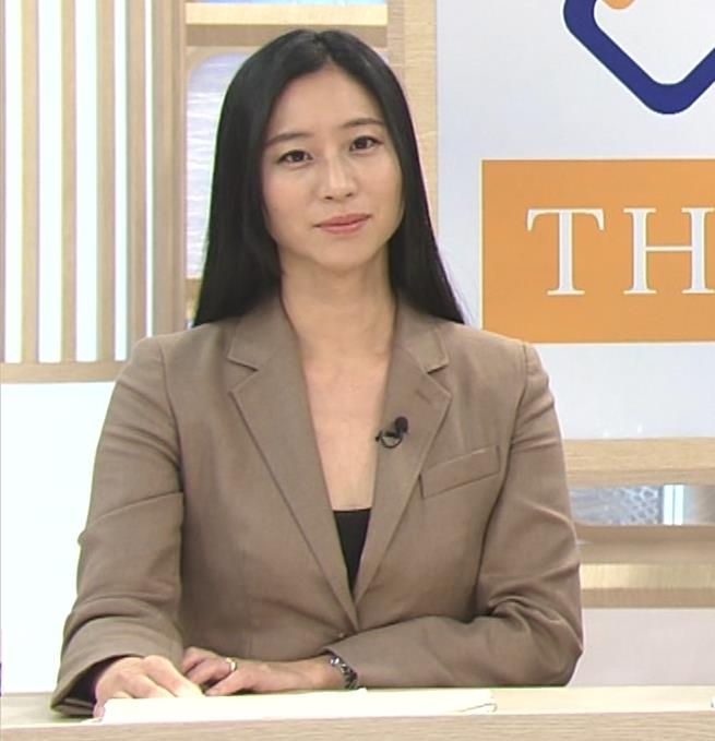 三浦瑠麗 政治番組だけど胸元が開きすぎキャプ・エロ画像5