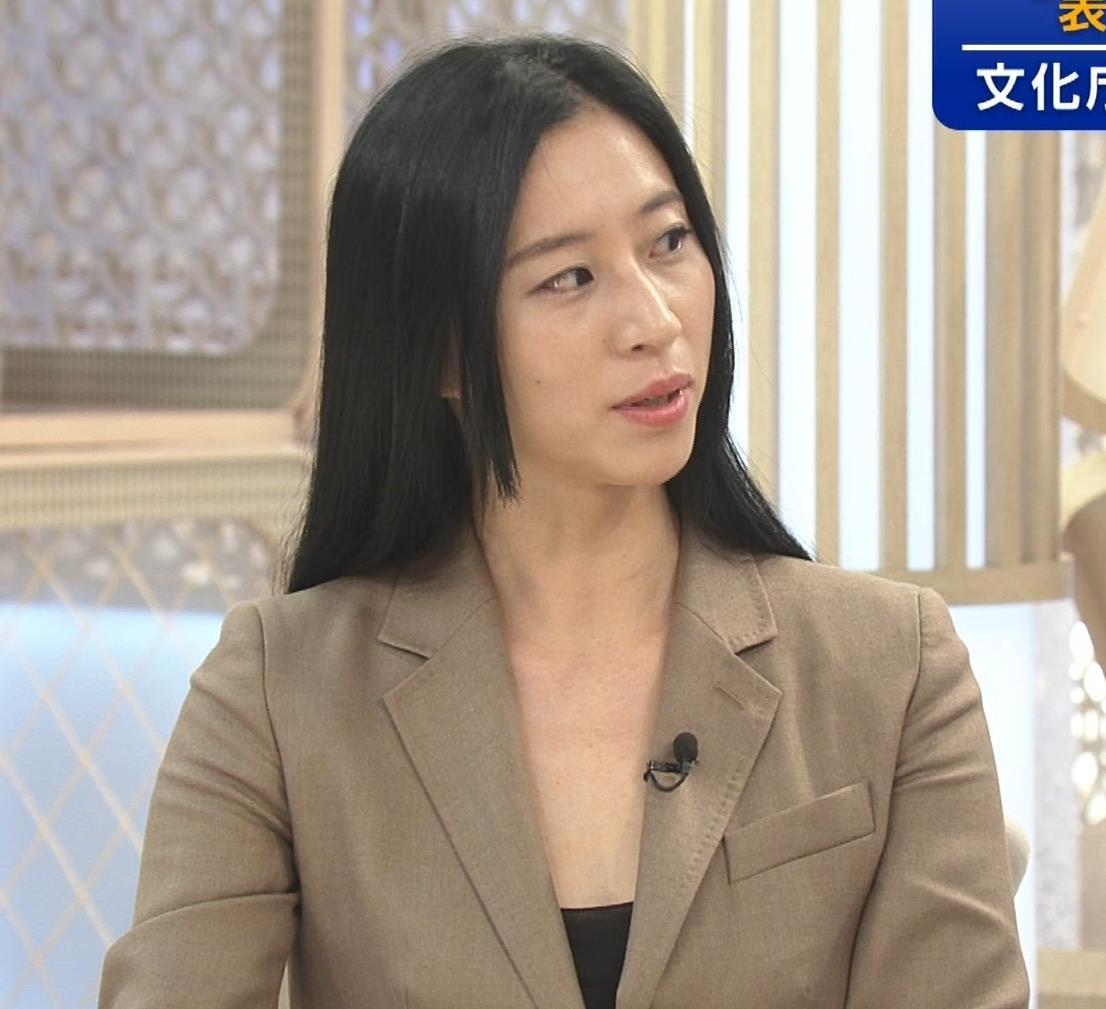 三浦瑠麗 政治番組だけど胸元が開きすぎキャプ・エロ画像6