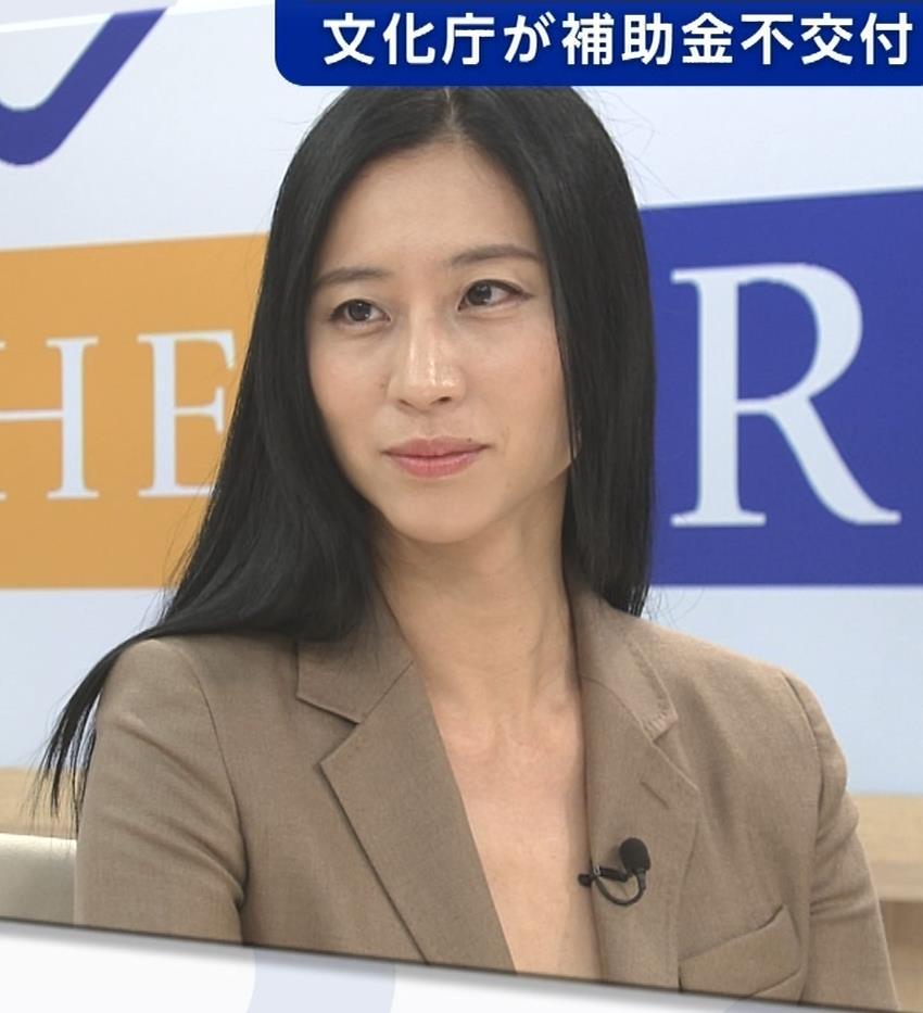 三浦瑠麗 政治番組だけど胸元が開きすぎキャプ・エロ画像8