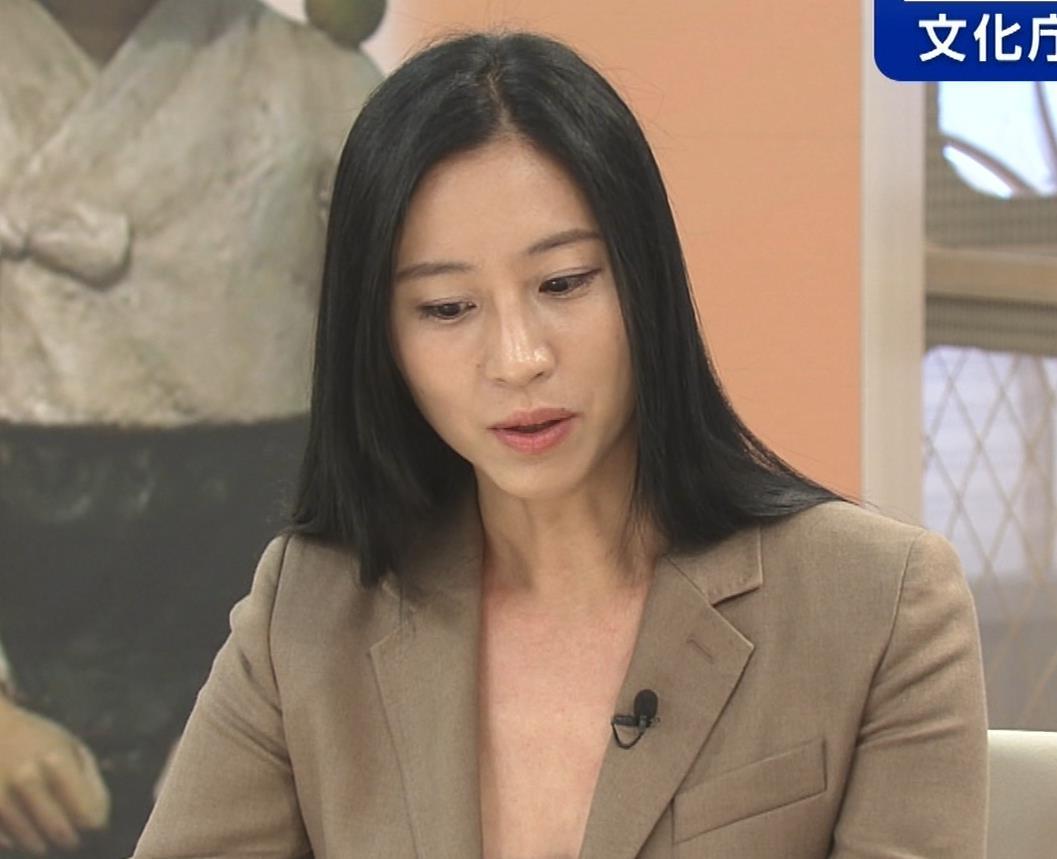 三浦瑠麗 政治番組だけど胸元が開きすぎキャプ・エロ画像9