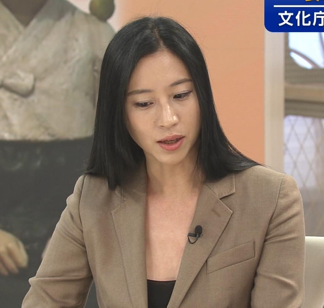 三浦瑠麗 政治番組だけど胸元が開きすぎキャプ・エロ画像10