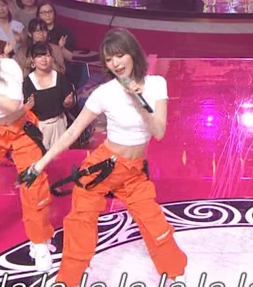 宮脇咲良 へそ出しピチピチTシャツでおっぱいがエロいキャプ・エロ画像13