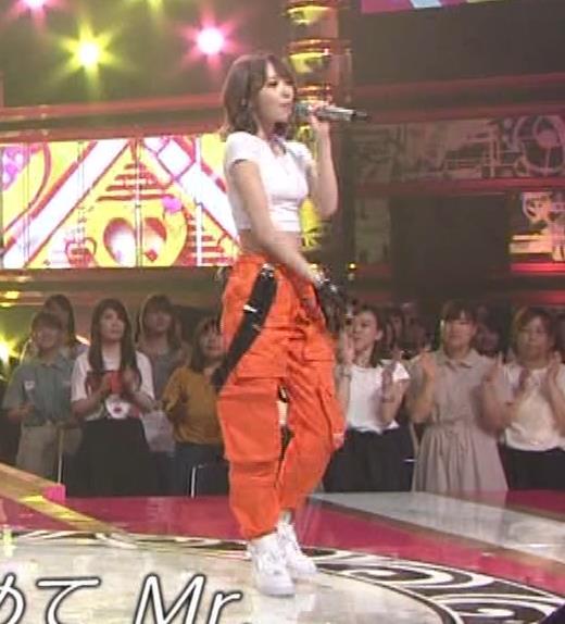 宮脇咲良 へそ出しピチピチTシャツでおっぱいがエロいキャプ・エロ画像14