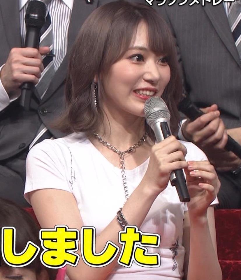 宮脇咲良 へそ出しピチピチTシャツでおっぱいがエロいキャプ・エロ画像20