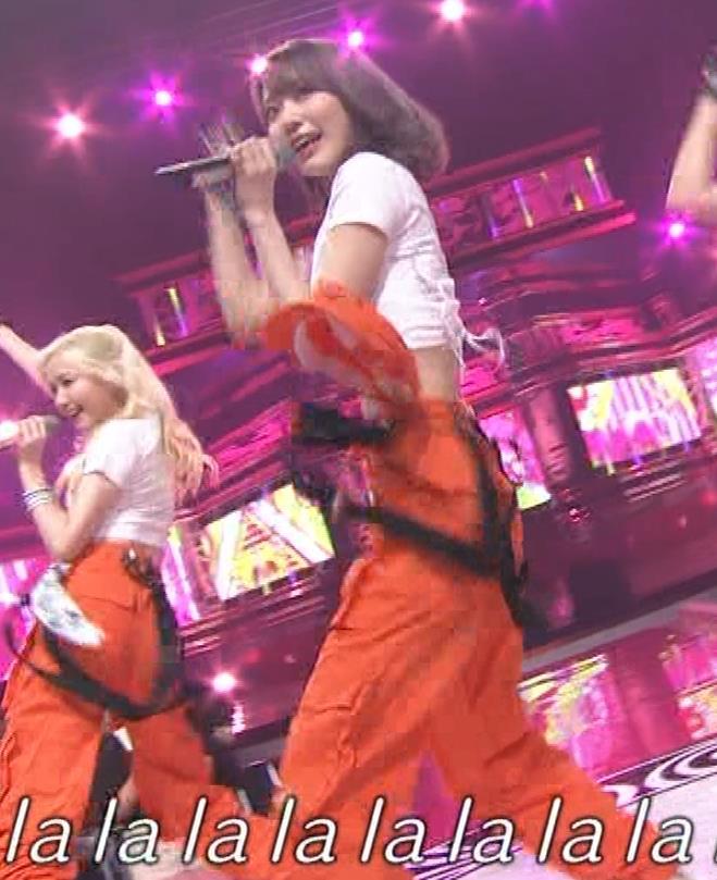 宮脇咲良 へそ出しピチピチTシャツでおっぱいがエロいキャプ・エロ画像3