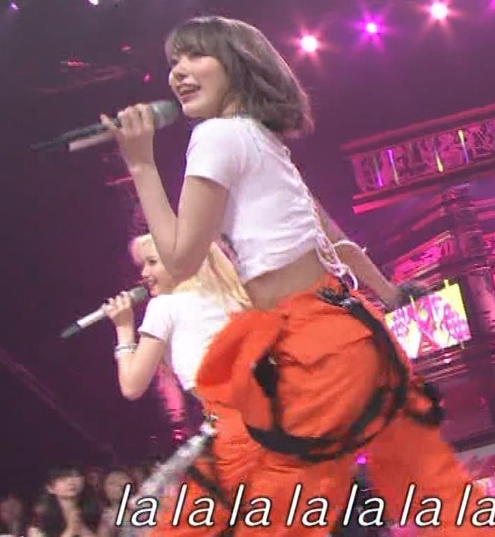 宮脇咲良 へそ出しピチピチTシャツでおっぱいがエロいキャプ・エロ画像4