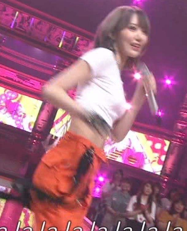 宮脇咲良 へそ出しピチピチTシャツでおっぱいがエロいキャプ・エロ画像6