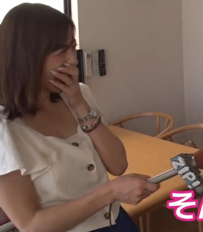 宮崎瑠依 胸チラしまくりながら取材キャプ・エロ画像2