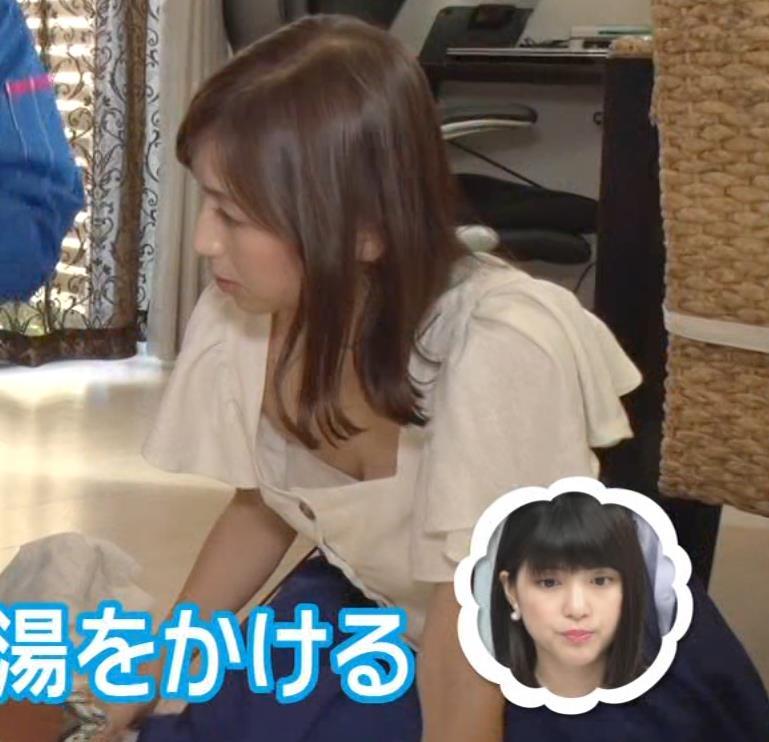 宮崎瑠依 胸チラしまくりながら取材キャプ・エロ画像4