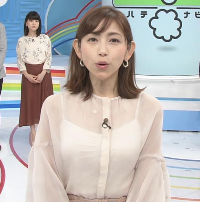 宮崎瑠依 胸チラしまくりながら取材キャプ・エロ画像6