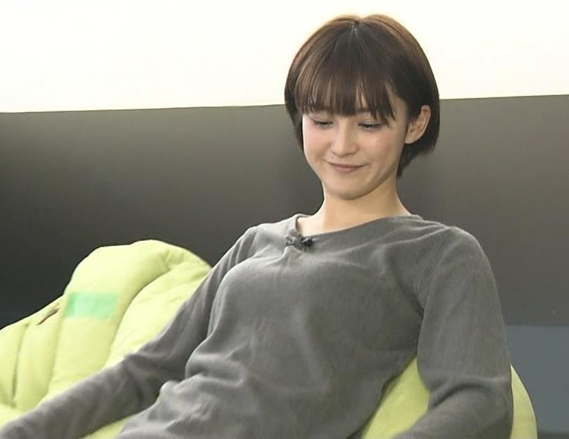 宮司愛海アナ ソファーにもたれかかっておっぱいが…キャプ・エロ画像2