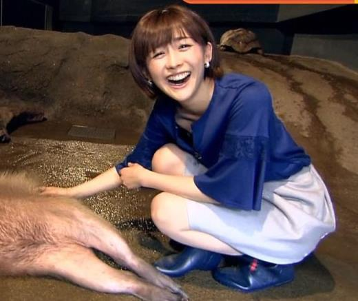 宮司愛海 スカートでしゃがんで胸元と脚がエロいキャプ画像(エロ・アイコラ画像)