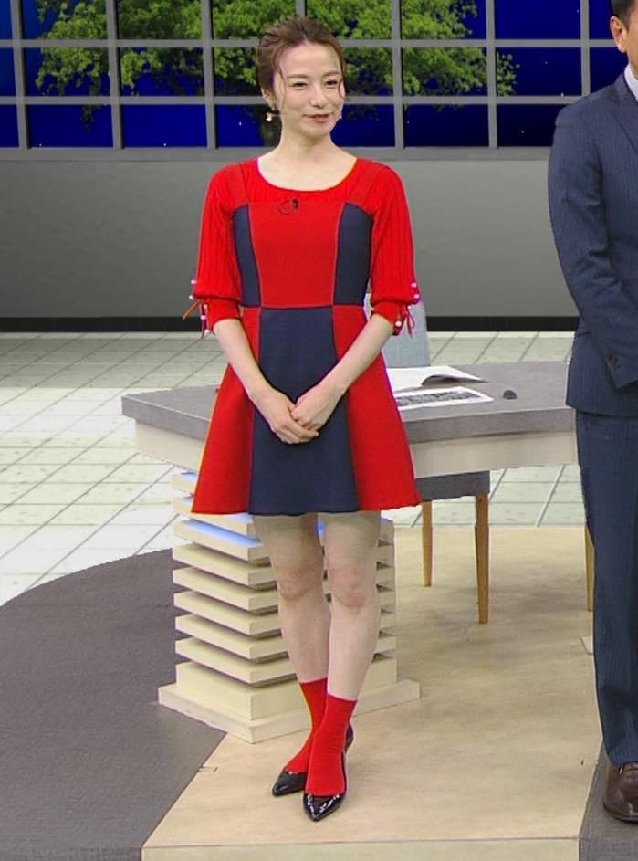 宮島咲良 白い脚が露出したかなり短いミニスカートキャプ・エロ画像2