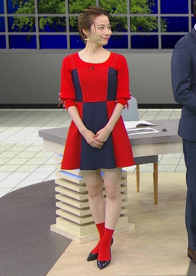 宮島咲良 白い脚が露出したかなり短いミニスカートキャプ・エロ画像3