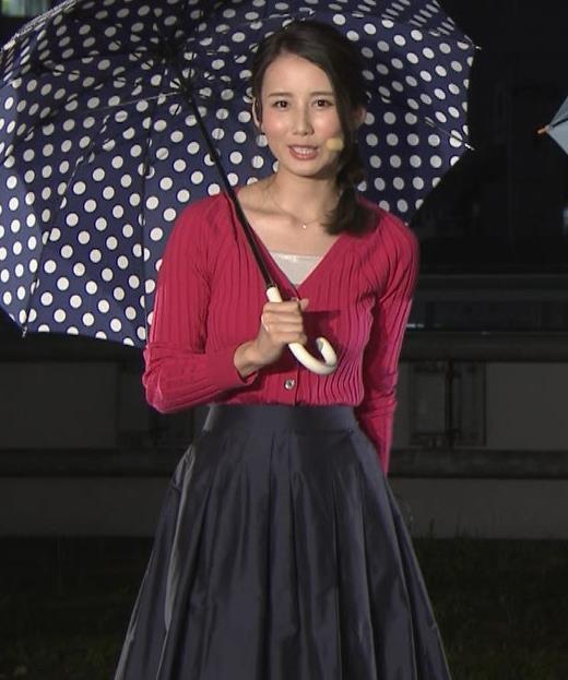 森川夕貴アナ 前かがみで思いっきり胸元チラキャプ・エロ画像2