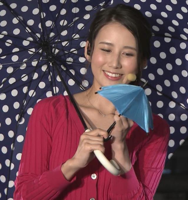 森川夕貴アナ 前かがみで思いっきり胸元チラキャプ・エロ画像3