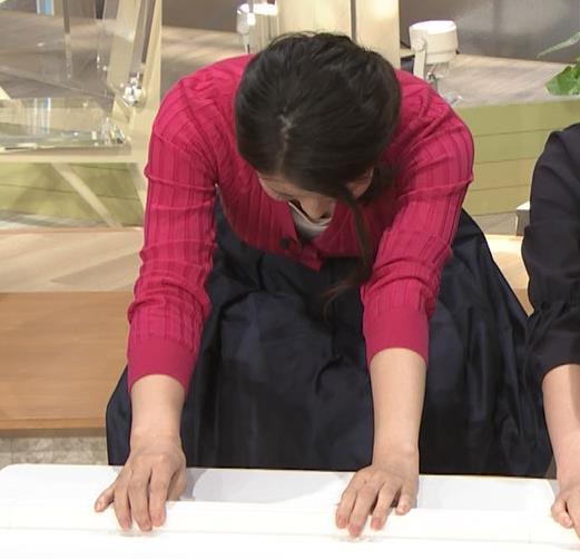 森川夕貴アナ 前かがみで思いっきり胸元チラキャプ・エロ画像7