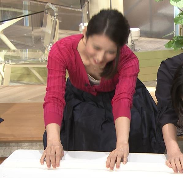 森川夕貴アナ 前かがみで思いっきり胸元チラキャプ・エロ画像8