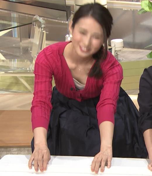 森川夕貴アナ 前かがみで思いっきり胸元チラキャプ・エロ画像9