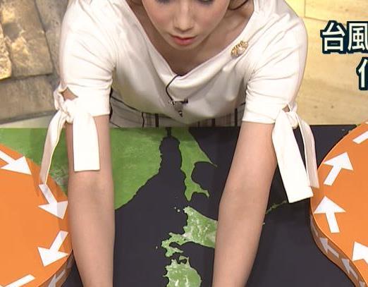 森川夕貴アナ 前かがみで胸元がチラリ!キャプ・エロ画像
