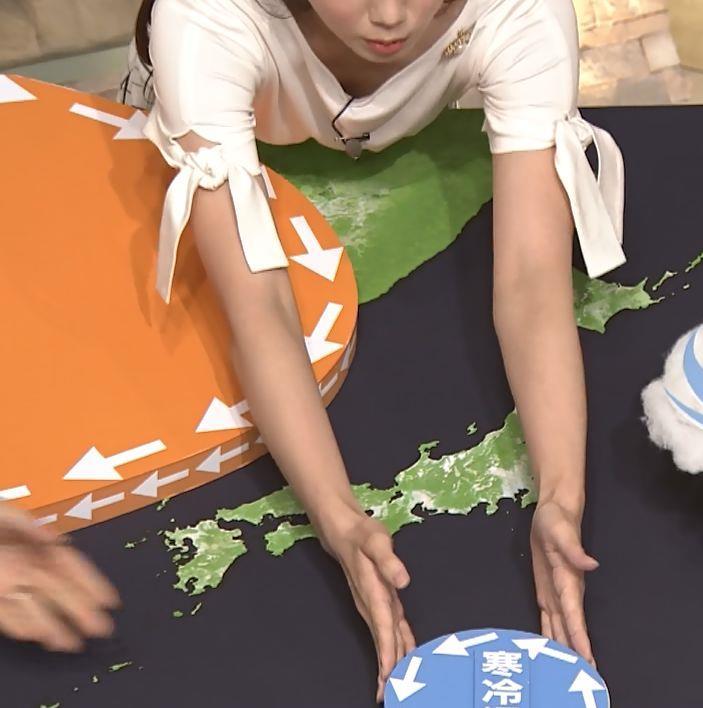 森川夕貴アナ 前かがみで胸元がチラリ!キャプ・エロ画像2