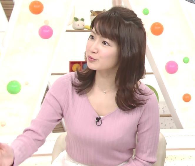 長野美郷アナ インナーがチラリしているニットキャプ・エロ画像