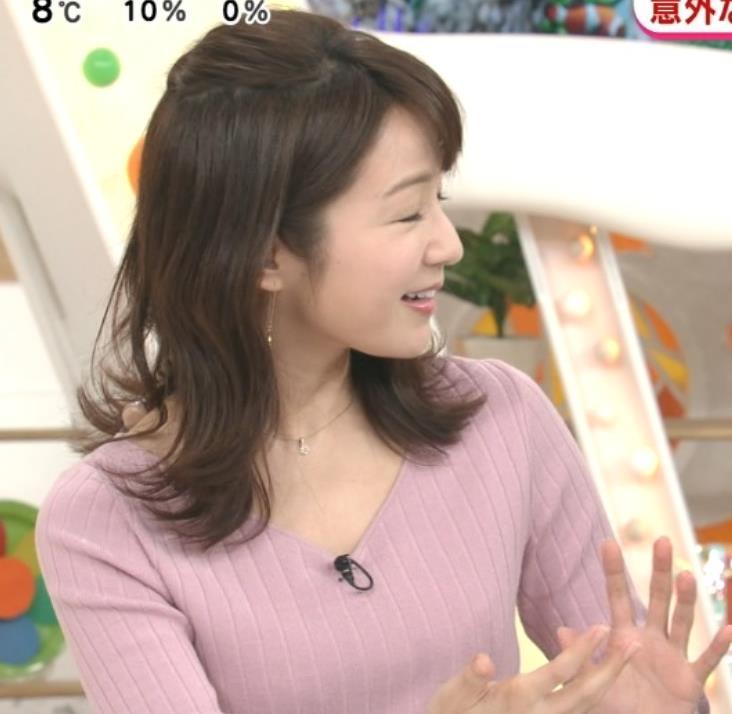 長野美郷アナ インナーがチラリしているニットキャプ・エロ画像2