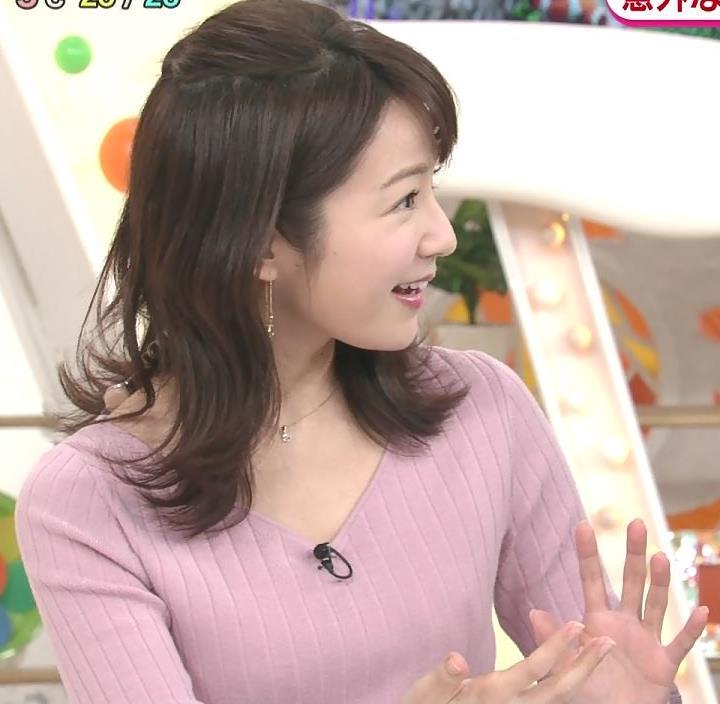 長野美郷アナ インナーがチラリしているニットキャプ・エロ画像3