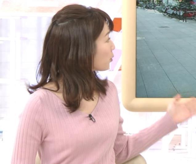 長野美郷アナ インナーがチラリしているニットキャプ・エロ画像4