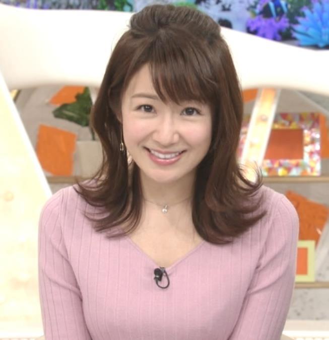 長野美郷アナ インナーがチラリしているニットキャプ・エロ画像6