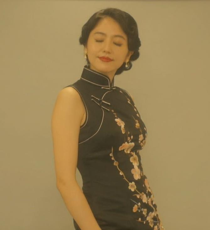 長澤まさみ チャイナドレスのおっぱい、スカートの切れ込みキャプ・エロ画像4