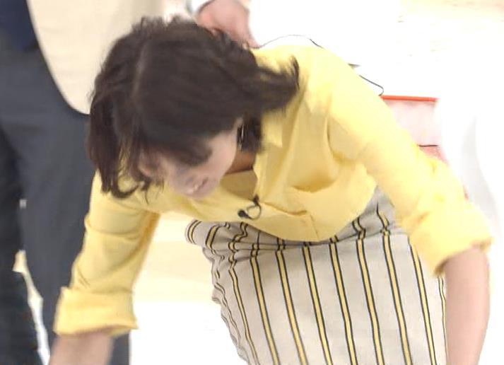 永島優美アナ 前かがみでシャツの中が見えたキャプ・エロ画像5