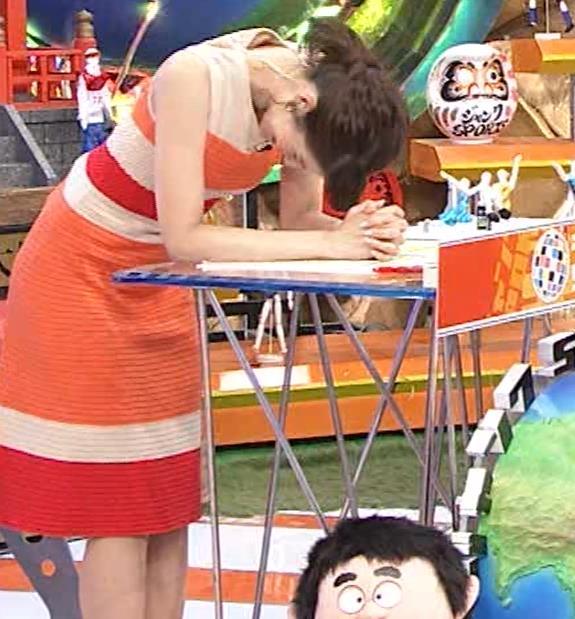 永島優美アナ 夜の番組はさらにエロい衣装を着てるキャプ・エロ画像7