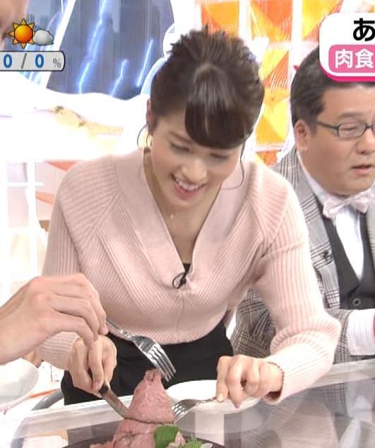 永島優美アナ 前かがみでちょっと胸元チラキャプ・エロ画像