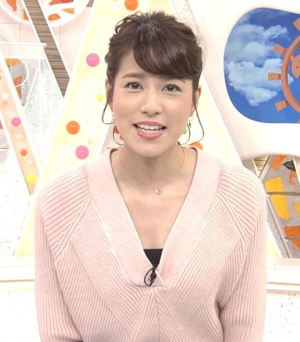 永島優美アナ 前かがみでちょっと胸元チラキャプ・エロ画像2