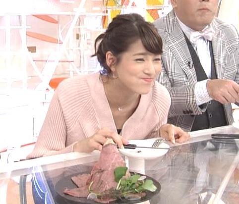 永島優美アナ 前かがみでちょっと胸元チラキャプ・エロ画像3